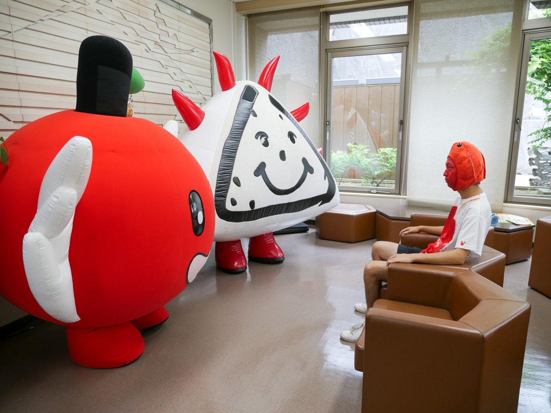 りんご飴マンと話をする藤崎町キャラクター・ふじ丸くんとジャン坊くん